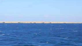 Blaues Wasser nahe der einsamen Insel stock footage