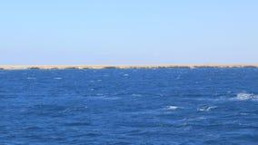 Blaues Wasser nahe der Insel stock video footage
