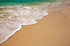 Blaues Wasser plätschert nahe Ufer im Indischen Ozean stockbild