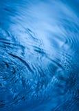 Blaues Wasser-Tropfen lizenzfreie stockbilder