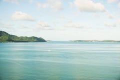 Blaues Wasser und blaues Meer auf blauem Himmel Lizenzfreies Stockfoto
