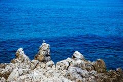 Blaues Wasser und Felsen in Cefalu Stockfotografie