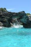 Blaues Wasser und Felsen in der szenischen tropischen Einstellung Lizenzfreies Stockfoto