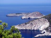 Blaues Wasser und felsige Küste Lizenzfreie Stockfotos