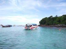 Blaues Wasser und Himmel bei Thailand Stockfotografie