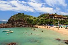 Blaues Wasser und Himmel des Strandes Ferradurinha nahe Rio de Janeiro, Brasilien Lizenzfreie Stockfotos