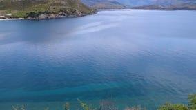 Blaues Wasser und Snowy-Berge stock video footage