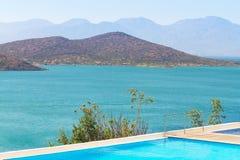 Blaues Wasser von Mirabello Bucht Stockfotos