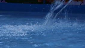 Blaues Wasserstrahl im Swimmingpool Kindervergnügungspark Langsame Bewegung stock video footage