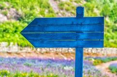 Blaues Wegweiser herein ein Ackerland Stockfotografie