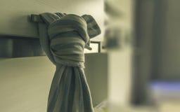 Blaues Weiß kicthen das Tuch, das am Kabinett hängt Stockfoto