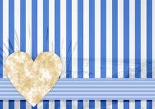 Blaues weißes Streifenmuster mit einem Steinherzen Stockfotografie