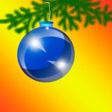 Blaues Weihnachten-Baumspielzeug auf einem orange Hintergrund Stockbild