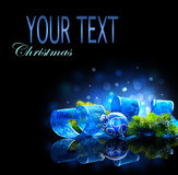 Blaues Weihnachts- und des neuen Jahresdekoration lokalisiert auf schwarzem Hintergrund Stockbilder