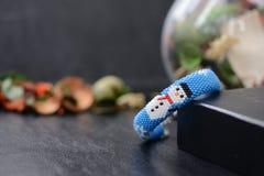 Blaues Weihnachtsarmband mit Bild des Schneemannes Lizenzfreies Stockfoto