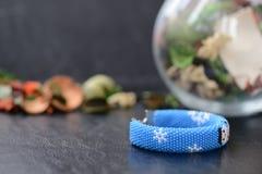 Blaues Weihnachtsarmband mit Bild des Schneemannes Lizenzfreies Stockbild