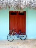 Blaues Weinlesefahrrad vor einer blauen Wand Stockbilder
