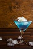 Blaues Weltcocktail auf hölzernem Hintergrund Stockfotos