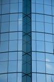 Blaues Windows auf einem Gebäude Stockfotos