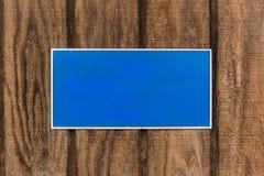 Blaues Zeichen auf hölzerner Wand Stockbild