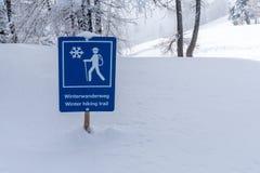 Blaues Zeichen der Straße für das Wandern Stockbild