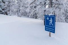 Blaues Zeichen der Straße für das Wandern Lizenzfreie Stockfotografie