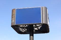Blaues Zeichen vor einem wolkenlosen Himmel stockfotografie