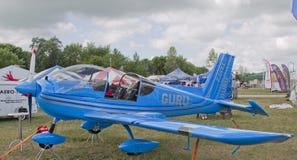 Blaues Ziln Z242L Guru-Flugzeug Stockbild