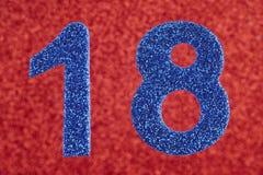 Blaufarbe der Nr. achtzehn über einem roten Hintergrund jahrestag Stockfotos