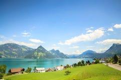 Blauhimmel über Spitzen von Walensee See in den Schweizer Alpen Stockbilder