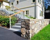 Blaukugel-Schritte und Steinwand lizenzfreies stockbild