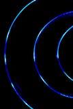 Blaulichtkurve auf schwarzem Hintergrund, abstraktes Foto Lizenzfreies Stockbild