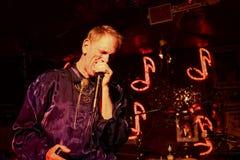 Blaumusiker, der am Rot-Aufenthaltsraum in Clarksdale, Mississippi spielt lizenzfreies stockbild