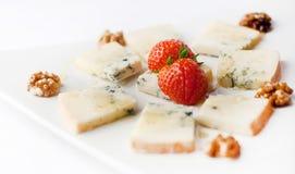 Blauschimmelkäse mit Erdbeeren und Walnüssen Lizenzfreie Stockfotografie