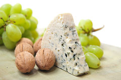 Blauschimmelkäse mit Walnüssen und Trauben Stockfoto