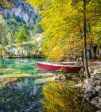 Blausee, Suiza - barcos y follaje de caída rojos fotografía de archivo libre de regalías