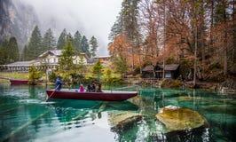 Blausee, Svizzera - facendo un giro turistico in barche rosse II Immagine Stock