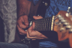 Blaut-shirt des Mannes I, das E-Gitarre spielt Stockfotografie