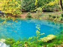 Blautopf på Blaubeuren i hösten, Tyskland Arkivfoton