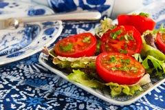Blauw aardewerk met verse tomaten Stock Fotografie