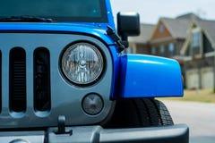 Blauw al die terreinvoertuig in buurt wordt geparkeerd Stock Afbeeldingen