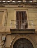 Blauw balkon op voorgevel royalty-vrije stock foto's