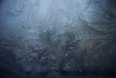 Blauw berijpend venster met ijs stock fotografie