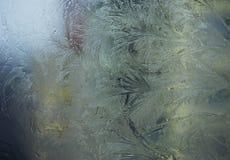 Blauw berijpend venster met ijs royalty-vrije stock afbeelding