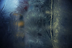 Blauw berijpend venster met ijs stock afbeelding
