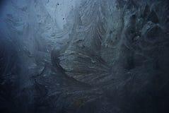Blauw berijpend venster met ijs royalty-vrije stock fotografie