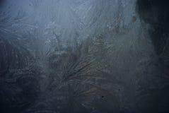 Blauw berijpend venster met ijs stock afbeeldingen