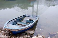 Blauw bootpark naast kust Stock Foto