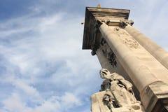 Blauw de hemelbeeldhouwwerk van architectuurparijs Royalty-vrije Stock Afbeeldingen