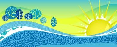 Blauw de winterbos onder sneeuw op gele zonsondergang. Stock Afbeelding